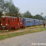 Am Morgen des 10.08.1991 stellt 87 0011 in Sibiu den Zug Mixt 2922 zur Fahrt nach Agnita bereit. Augenscheinlich warten zahlreiche Fahrgäste auf die Abfahrt des Schmalspurzuges in das Harbachtal.