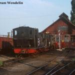 """Vor dem Lokschuppen in Sibiu sind am Abend des 10.08.1991 zwei Dampfloks abgestellt, im Vordergrund 764 155. Deutlich zu erkennen sind die Heizanschlüsse, mit denen sich die Dampfloks im Winter als """"Wärmespender"""" für die Personenwagen damals noch nützlich machen."""