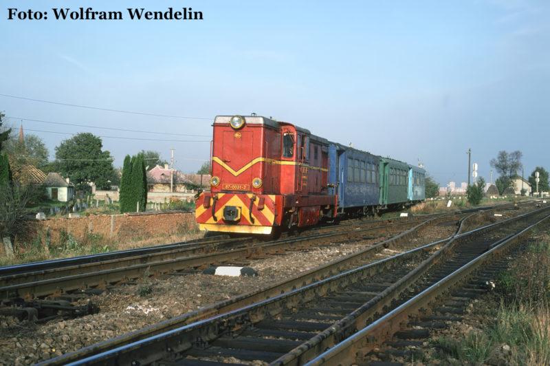 Mixt 2922 nach Agnita fädelt am Morgen des 16. Oktober 1996 in Șelimbăr in das Dreischienengleis ein. Bis Mohu begleitet die Wusch die Regelspurstrecke, bevor die Schmalspurtrasse in das Harbachtal abbiegt.
