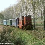Bei Nocrich fährt 87 0031 an einer schönen Allee harbachaufwärts Richtung Agnita.