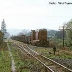 In Cornățel ist 87 0037 mit einem langen Güterzug nach Agnita unterwegs. Um die Kreuzung mit dem Gegenzug zu ermöglichen, muss an diesem Tag in Cornățel rangiert werden.