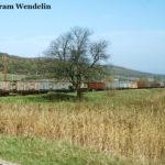 Der Zug aus 15 offenen vierachsigen Güterwagen verlässt Cornățel in Richtung Agnita.