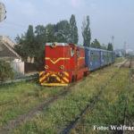 Die augenscheinlich gut gepflegte 87 0011 verlässt mit vier Personenwagen Sibiu.
