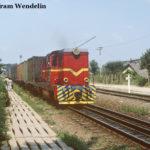 87 0017 zieht einen Güterzug aus Sibiu heraus über das Dreischienengleis in Richtung Mohu.