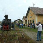 Vor der ersten Abfahrt füllt sich der Bahnsteig - nach über 14 Jahren ist Leben in den Bahnhof Cornățel zurückgekehrt!