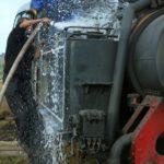 Nach vollbrachtem Tagwerk hat die Dampflok Durst und erhält nach der Rückkehr in Cornățel Wasser