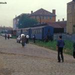 Vor der Abfahrt nach Agnita setzt die Lok in Sibiu morgens an den Zug. Zuletzt fuhr die Wusch nicht mehr direkt am Regelspurbahnhof ab, sondern an der Ladestraße
