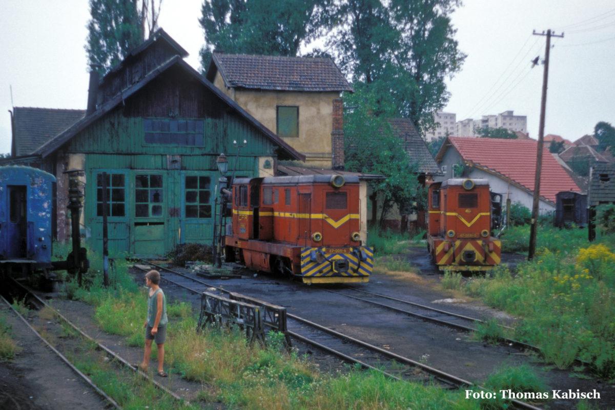 Kurz vor der Einfahrt in Sibiu passiert der Zug das kleine Depot der Schmalspurbahn