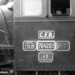 """Offenbar ist 764 201 erst kurz vor diesen Aufnahmen nach Sibiu umbeheimatet worden. An ihrem Führerhaus hängt noch ein Schild des Depots """"Tg M"""", was für Târgu Mureș (dt. Neumarkt am Mieresch) steht. Dort betrieb die CFR ein weiteres 760-mm-Netz."""