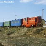 Mixt 2924 erreicht Șelimbăr. Im Hintergrund ist ein sogenannter Malaxa-Triebwagen auf der parallelen Regelspur unterwegs.